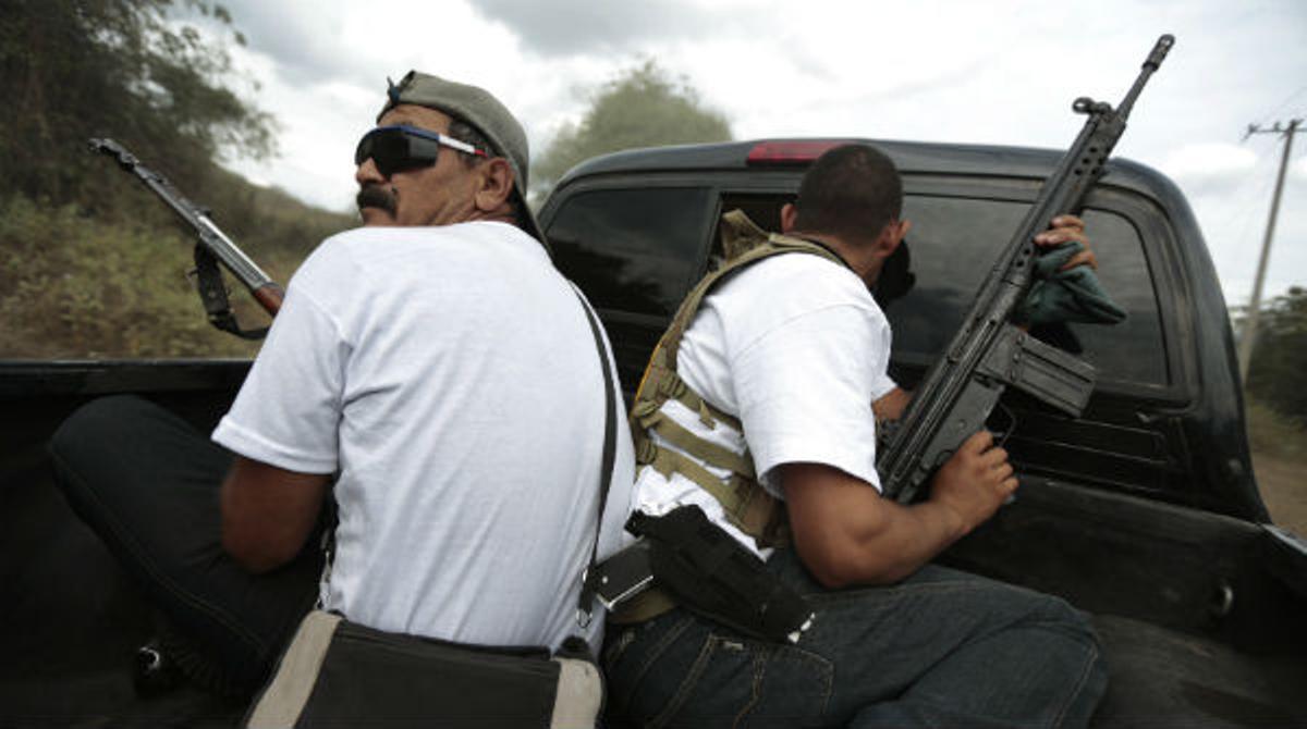 Fuerzas de autodefensa se enfrentan a los narcos en Michoacán