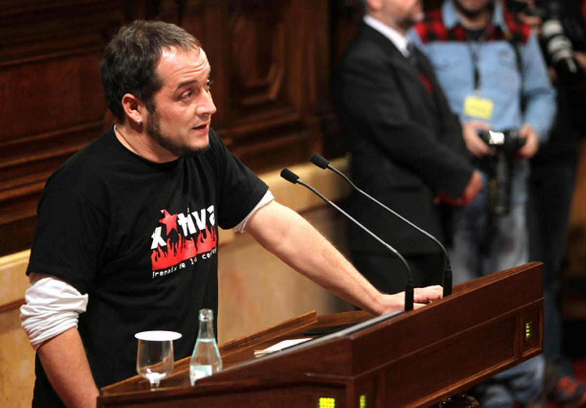 El diputado de la CUP David Fernández, durante el pleno de investidura del 'president' Mas, en el Parlament.