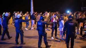 La Guardia Urbana desaloja un grupo de jóvenes que practicaba botellón en la playa, el 22 de mayo.