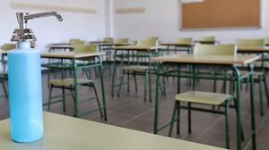 Gel hidroalcohólico y mesas separadas en un aula de un colegio deArroyo de la Encomienda (Valladolid), el pasado miércoles, 26 de agosto.