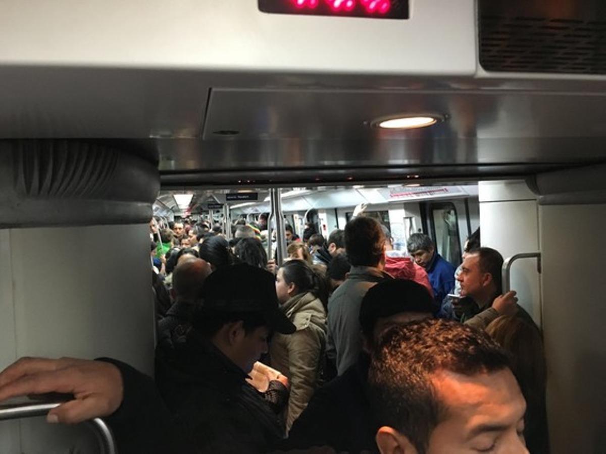 Convoy a rebosar en el metro de Barcelona, a primera hora de este lunes.