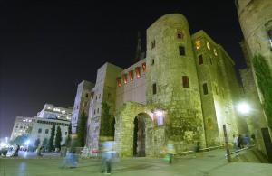 Muralla y puerta romana, en la plaza Nova, junto a la Catedral.