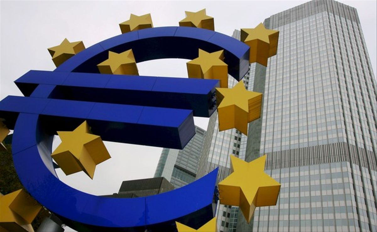 Logotipo del euro ante la sede del Banco Central Europeo, en Fráncfort.