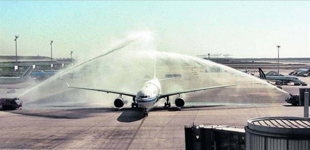 'Bautizo' del avión de Air China a su llegada a El Prat, ayer, para celebrar el estreno de la ruta a Pekín.