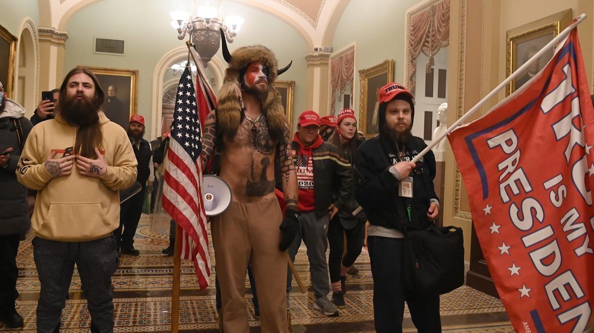 Un grupo de simpatizantes de Trump que entró ayer a la fuerza en el Capitolio.