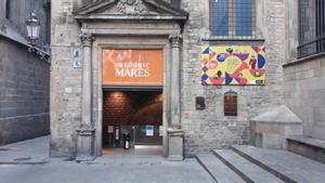 Fachada del Museu Frederic Marés en la que anuncian, a la derecha, la remodelación de la sala.
