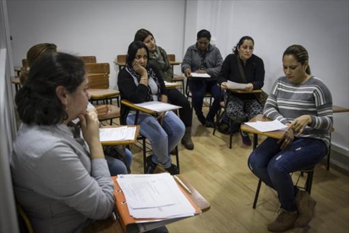 FORMACIÓN.Sesión de entrevistas para inscribirse en un curso de atención sociosanitaria, en la sede de la asociación Mujeres Pa'lante, en L'Hospitalet de Llobregat.