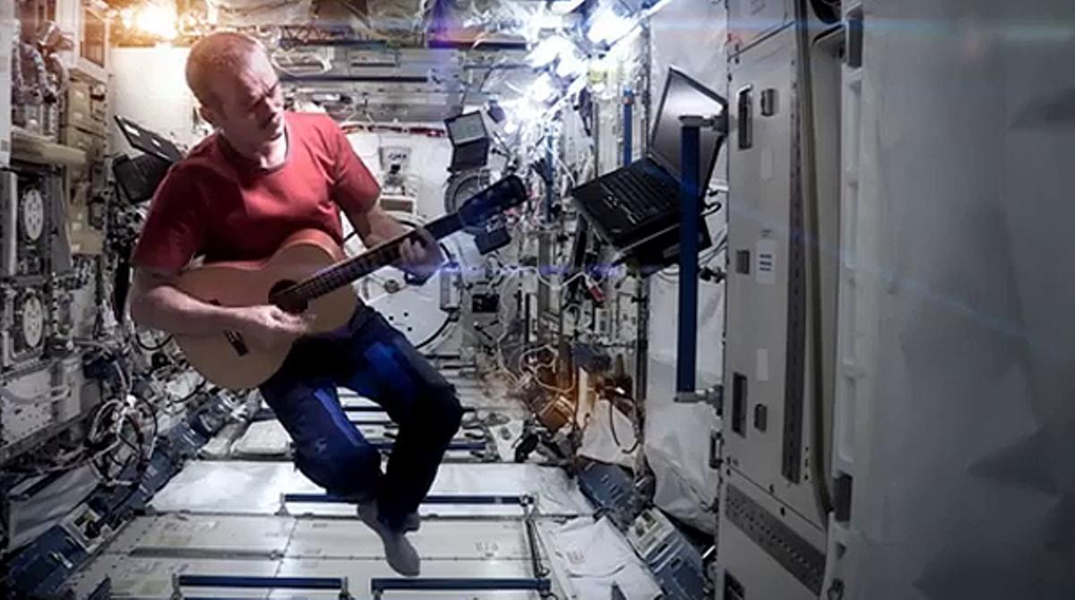 Videoclip de la versión de 'Space Oddity' grabado bajo las estrellas.