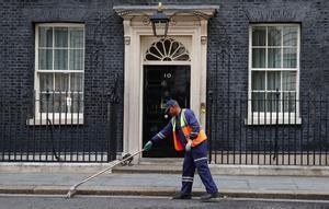 May va prometre dimitir si perdia la majoria ¿Complirà la seva promesa?