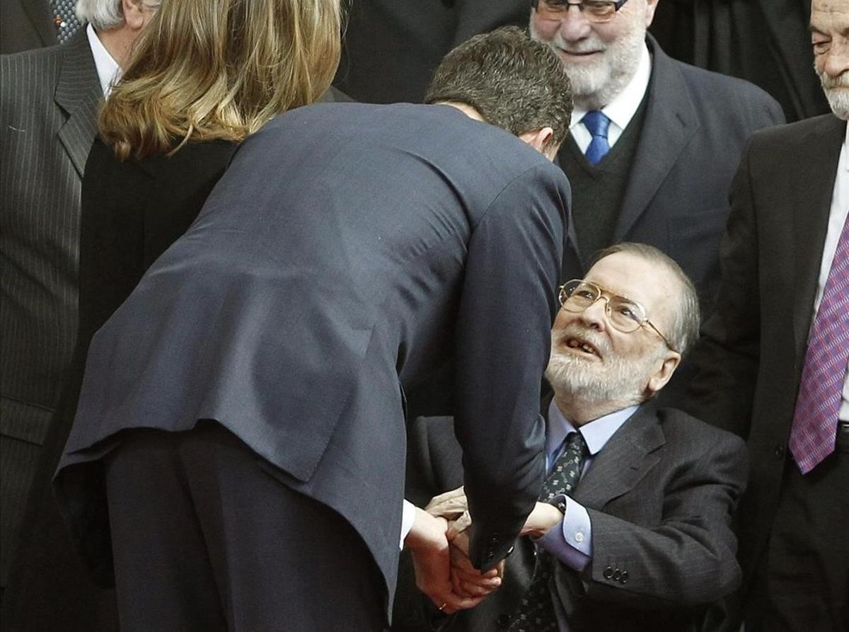 Chicho Ibáñez Serrador, recibiendo el saludo del entonces príncipe Felipe hace cinco años.