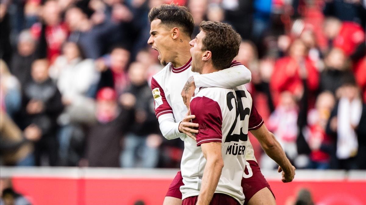 Muelller celebra un gol con Coutinho en un partido de la Bundesliga con el Bayern Múnich.
