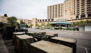 L'Exèrcit desplega el seu material al Clínic de Saragossa per muntar una carpa
