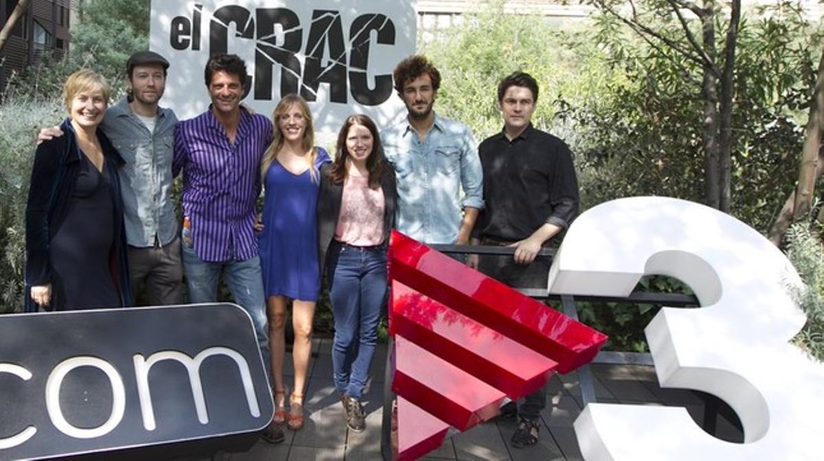 Joel Joan y el resto de compañeros del equipo de 'El crac', de TV-3, durante la presentación de la primera temporada de la serie.