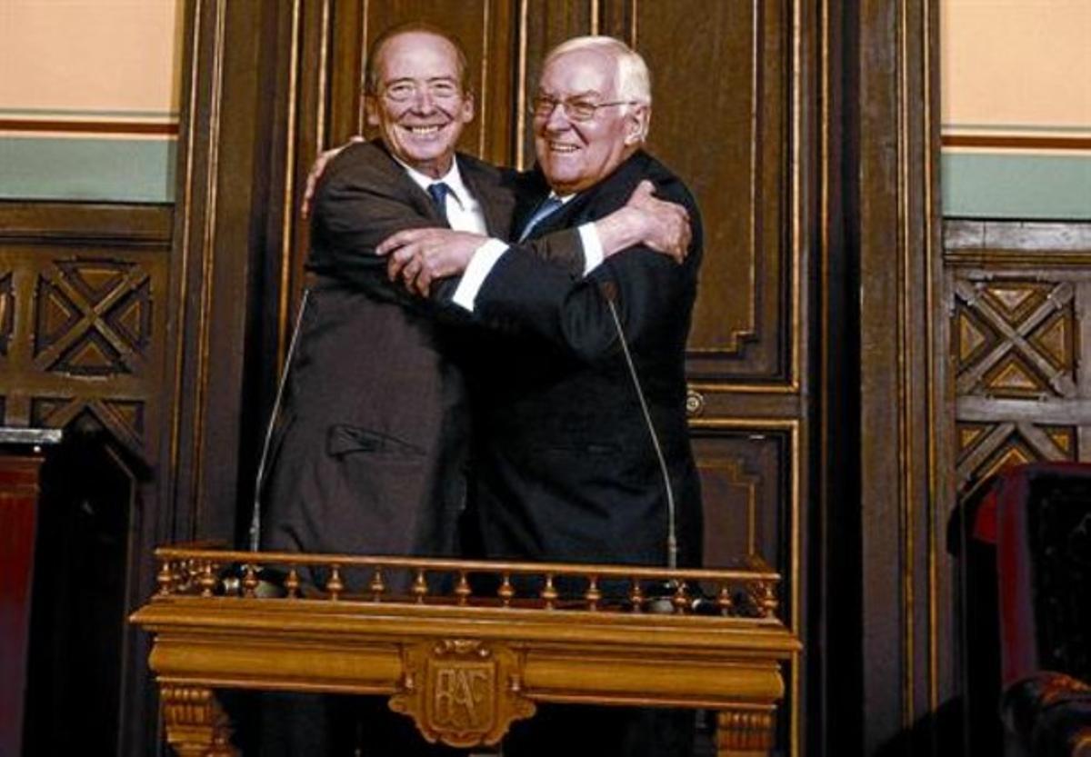 José Manuel Blecua (izquierda) se abraza con el director saliente de la RAE, Víctor García de la Concha.