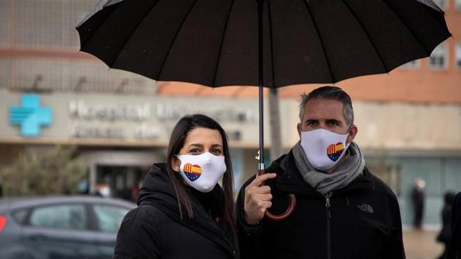 La presidenta de Cs Inés Arrimadas y el cabeza de lista de Lleida, Jorge Soler, delante del Hospital Arnau de Vilanova.