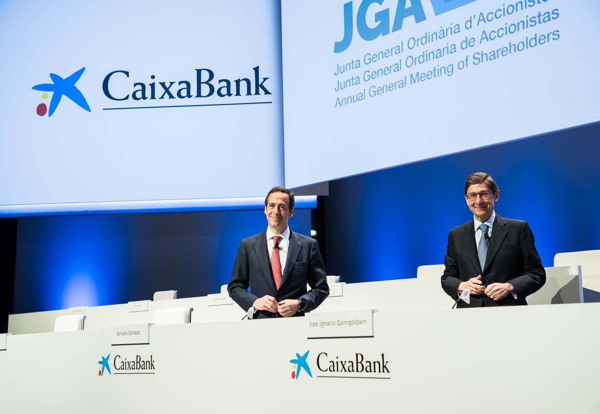 El presidente de CaixaBank, José Ignacio Goirigolzarri (derecha), y el consejero delegado, Gonzalo Gortázar, durante la celebración de la junta de accionistas del banco en Valencia.