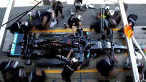 El equipo Mercedes prueba un rápido cambio de ruedas con Lewis Hamilton, en Montmeló.