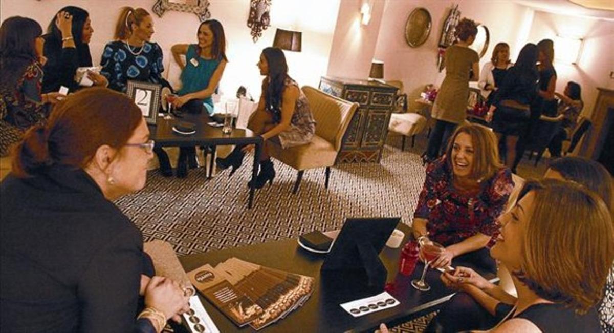 Unas mujeres intercambian sus tarjetas de visita en la noche de 'Network and the City', el miércoles pasado.