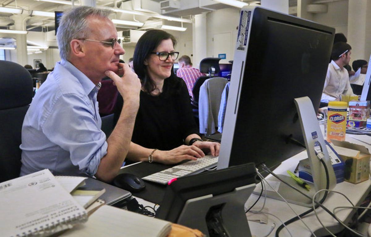 Los periodistas de 'The Guardian' Ewan MacAskill y Laura Poitras chatean con Edward Snowden, este lunes tras ganar el Pulitzer.