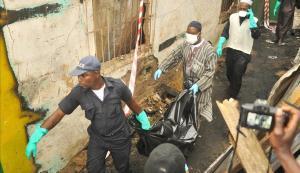 Personal de los servicios de rescate desalojan un cadáver del lugar del siniestro, en Monrovia.
