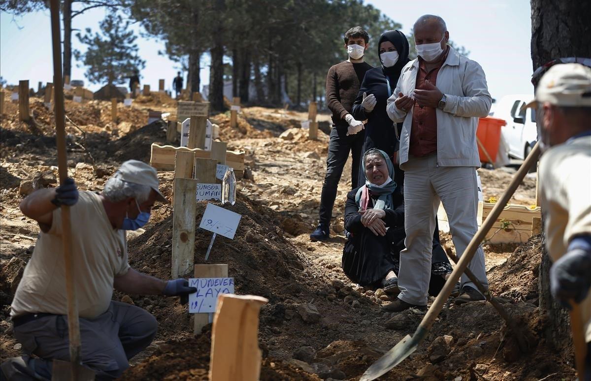 Un funeral en una sección especial del cementerio de Baklaci en Estambul que está destinadaa las víctimas de COVID-19.