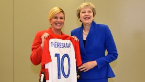 La presidenta de Croacia, Kolinda Grabar-Kitarovic, y la primera ministra de Reino Unido, Theresa May.
