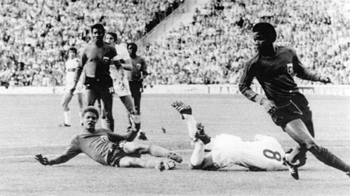 Acción defensiva de Ernst Jean-Joseph (en el suelo) durante el Haití-Italia del Mundial 74.