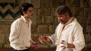 Bernat Quintana y Pere Arquillué, en una escena de 'Cyrano de Bergerac'.