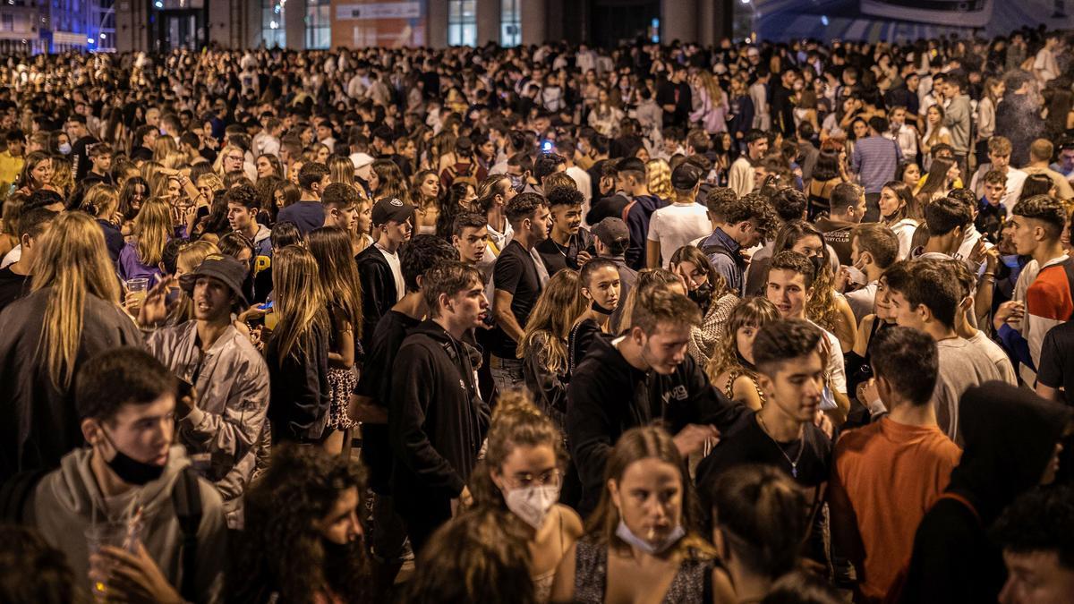 Botellón en la plaza de Espanya, la madrugada de este viernes.