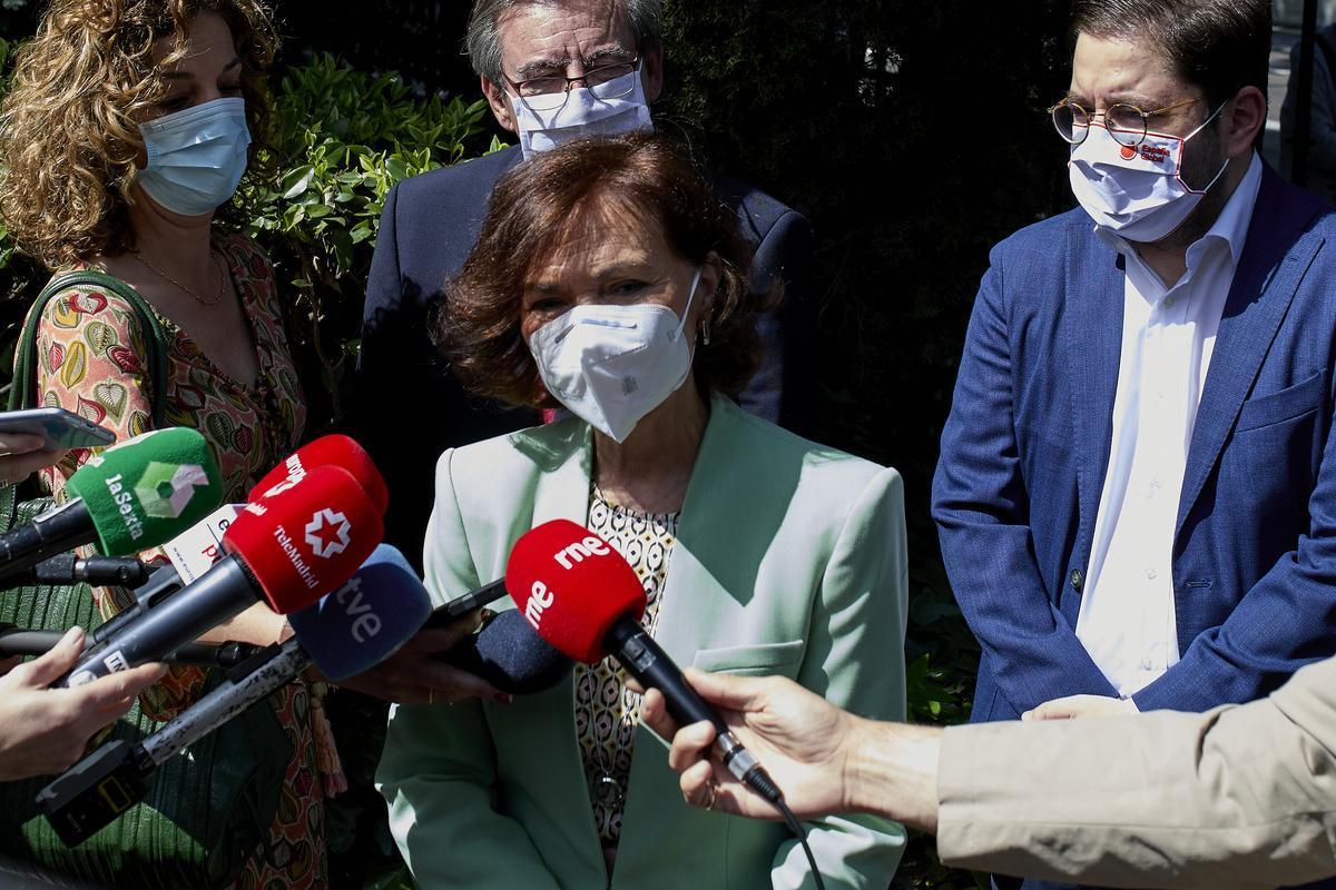 La vicepresidenta primera del Gobierno, Carmen Calvo, atiende a los periodistas a su llegada al homenaje de Estado al exilio español, este 8 de mayo en la Casa de América de Madrid.