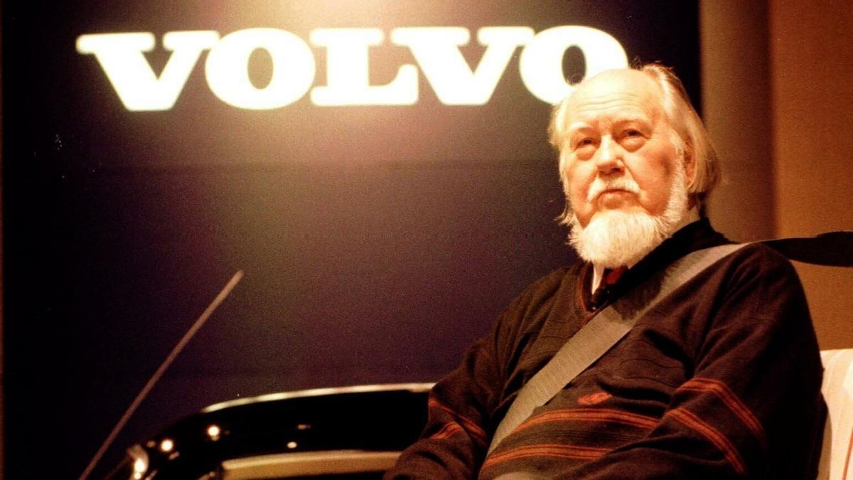 Nils Bohlin, el inventor del cinturón de seguridad, posa con uno abrochado en el Salón del Automóvil de Detroit, en 1999.