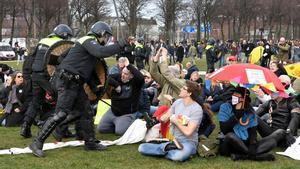 La policía carga contra los manifestantes contra las restricciones en La Haya