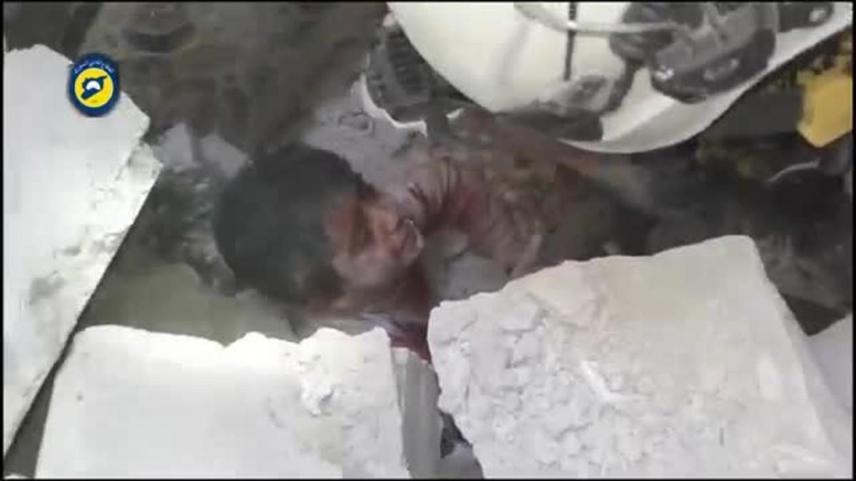 Desesperado rescate de un niño sirio en Alepo.