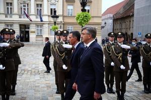 El presidente del Gobierno, Pedro Sánchez, y el primer ministro croata, Andrej Plenkovic, pasan revista a las tropas en Zagreb, la capital del país, este 6 de octubre de 2021.