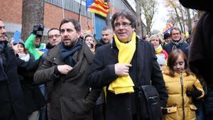 Carles Puigdemont iToni Comín arriben al Parcdel Cinquantenari enla manifestació'Desperta Europa' a Brussel·les.