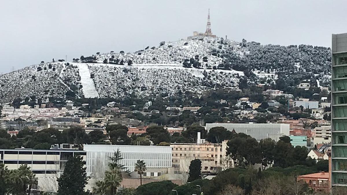 La muntanya del Tibidabo, emblanquinada per la neu.