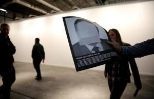 La pareden blanco de la galería de Helga de Alvear,tras retiral la instalción de Santiago Sierra 'Presos políticos y la España contemporánea', en primer plano, una reproducción de una de las imágenes de presos políticos que incluía la pieza.