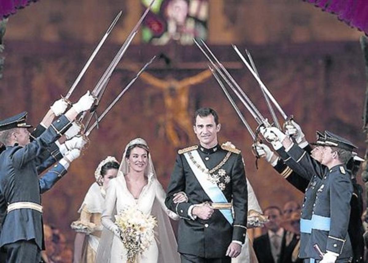 Felipe y Letizia salen de la catedral de la Almudena tras contraer matrimonio.