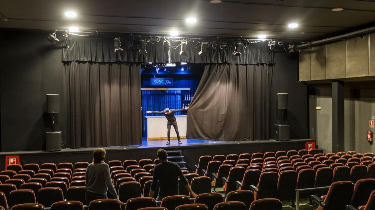 Un trabajador cierra el telón en el Teatre Aquitania de Barcelona