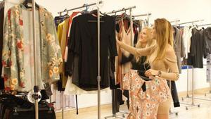 María José González y Sheila Moya, fundadoras de Pislow, entre su ropa de alquiler.