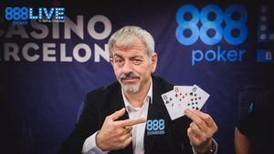 El presentador de televisión Carlos Sobera en una publicidad de la casa888.