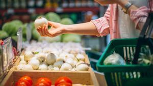 Mujer comprando en un supermercado.