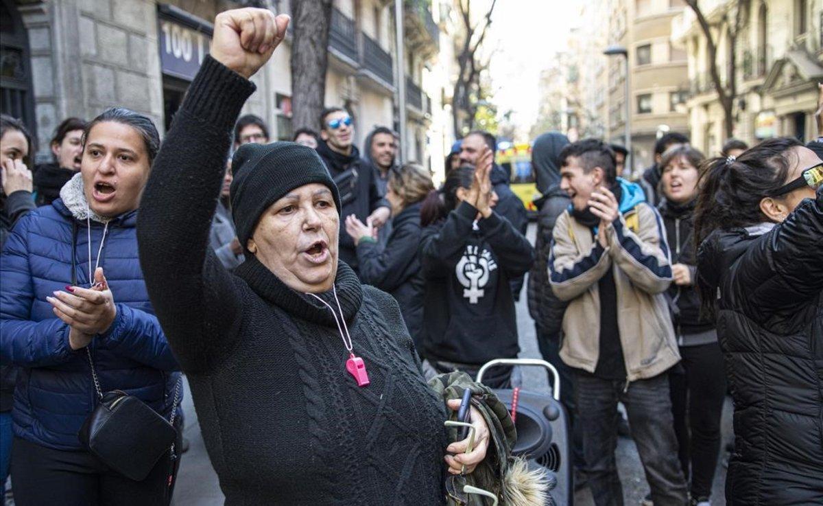 Concentración vecinal para evitar un desahucio en Barcelona.