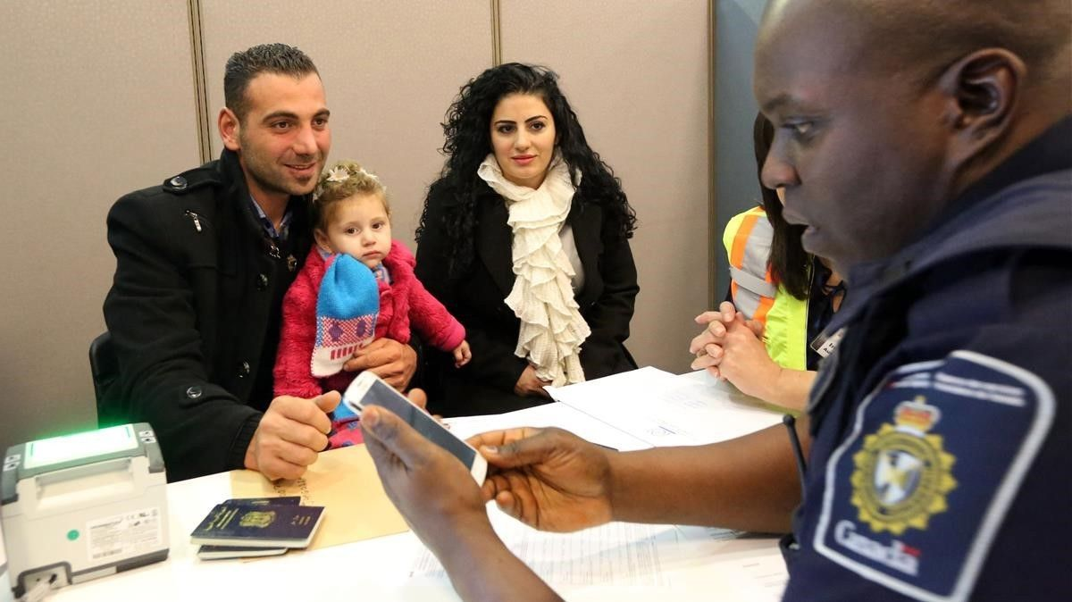 Una familia de refugiados sirios recién llegada al aeropuerto de Toronto (Canadá), en el 2015.