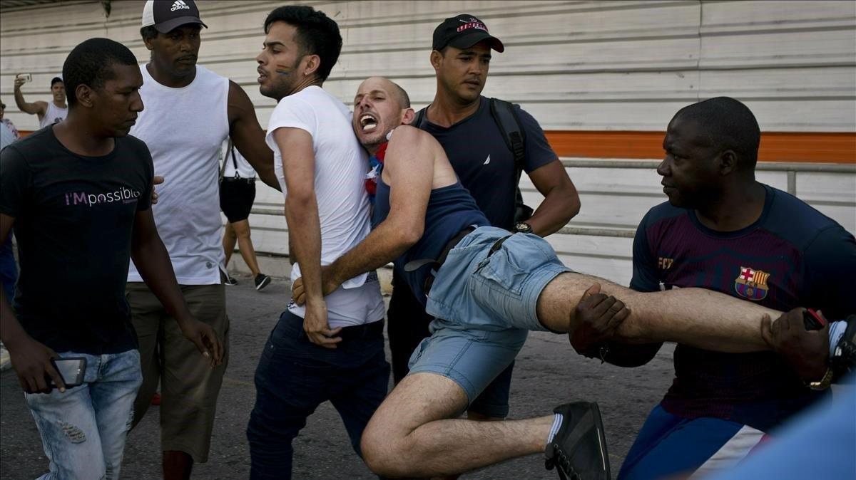 La policía cubana detiene a un activista por los derechos del colectivo LGTBI en La Habana.