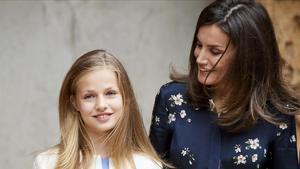 La princesa Leonor y su madre, la reina Letizia, en la misa del Domingo de Resurrección en la catedral de Palma.