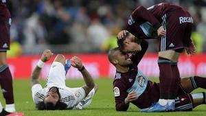 Rafinha y Santi Mina celebran el empate ante un enfadado Marcelo.