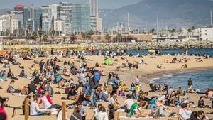 Barcelona inicia la temporada de bany i recupera el control d'aforament a les platges