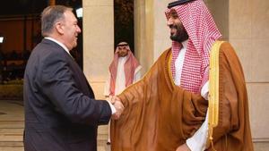 Mike Pompeo y Bin Salman se saludan a la llegada del primero a Yeda (Arabia Saudí).