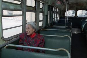 Rosa Parks sentada en el bus de Montgomery, en una foto de archivo.